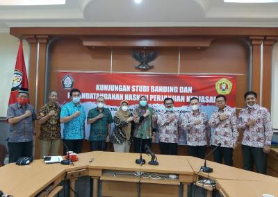 Fakultas Hukum mengadakan Studi Banding ke Fakultas Hukum Universitas Diponegoro dalam rangka pembukaan Program Studi Doktor (S3) Ilmu Hukum sekaligus mengadakan MoU. (4)